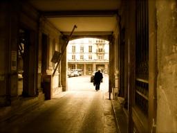 Silhouette au fond d'un passage, en sépia