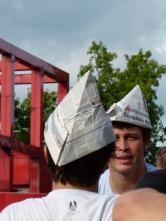 Paris- jeunes hommes aux chapeaux pliés