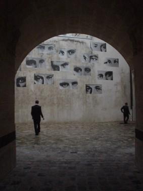 deux silhouettes devant un mur de regard
