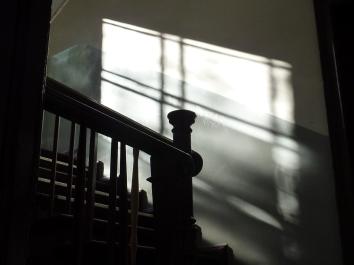 rampe d'escalier et lumière