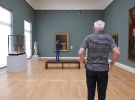 Visiteurs de dos. Musée de Bruxelles